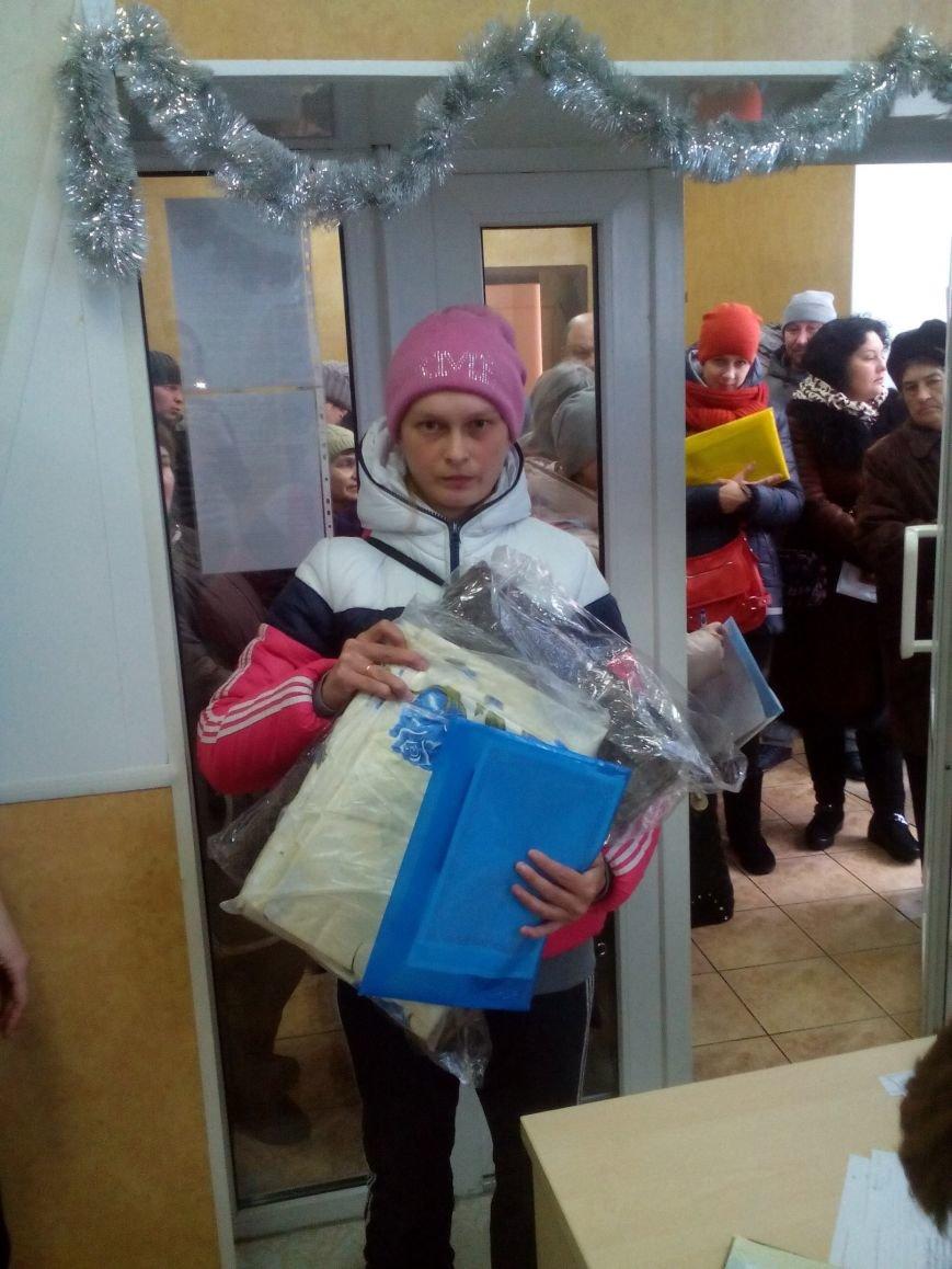 Сегодня переселенцы, живущие в Красноармейске, получили гуманитарную помощь (фото) - фото 13