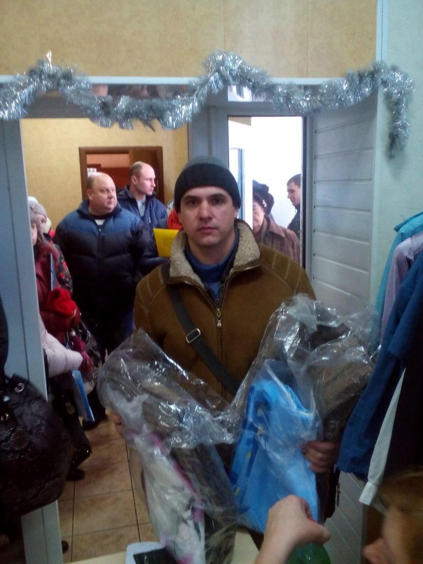 Сегодня переселенцы, живущие в Красноармейске, получили гуманитарную помощь (фото) - фото 12