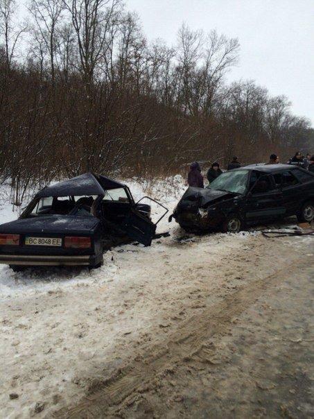 На Львівщині в ДТП загинув пасажир автомобіля: опубліковані моторошні фото з місця аварії (ФОТО) (фото) - фото 2