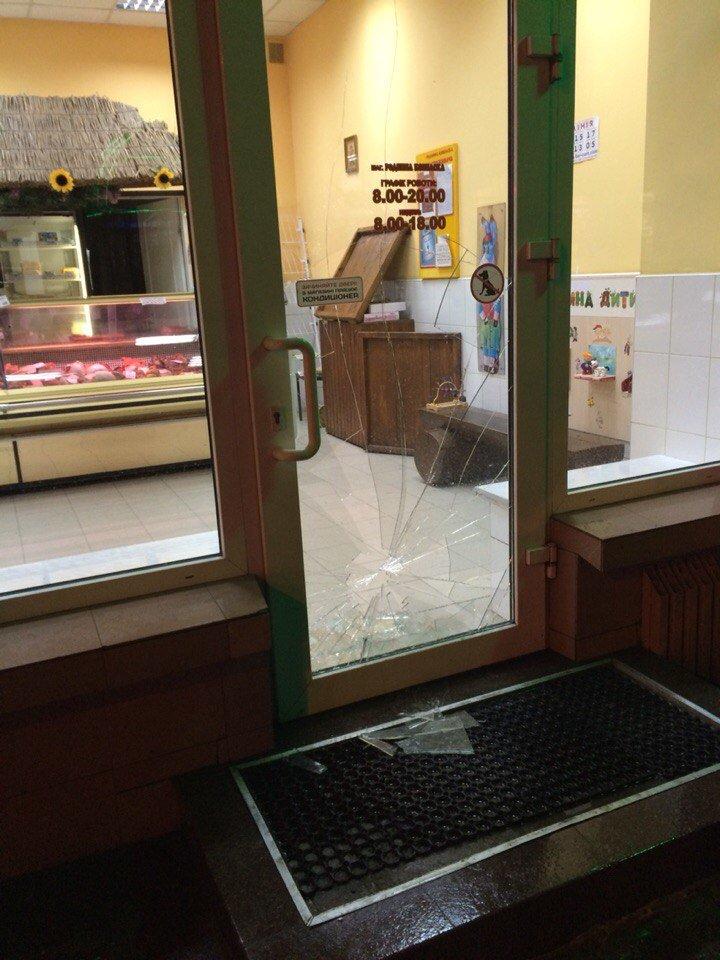У Тернополі літня жінка розбила скло на вхідних дверях ковбасного магазину (фото) (фото) - фото 1