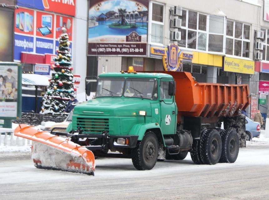 Коммунальщики Кременчуга расчистили главные дороги до асфальта и взялись за второстепенные (ФОТО) (фото) - фото 1