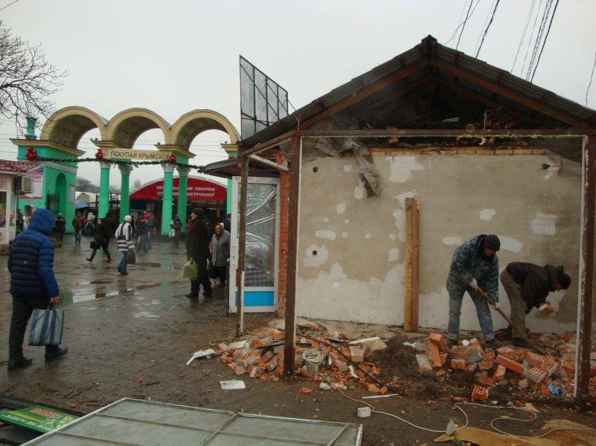 На входе в Центральный рынок Симферополя сносят торговые павильоны (ФОТОФАКТ) (фото) - фото 1