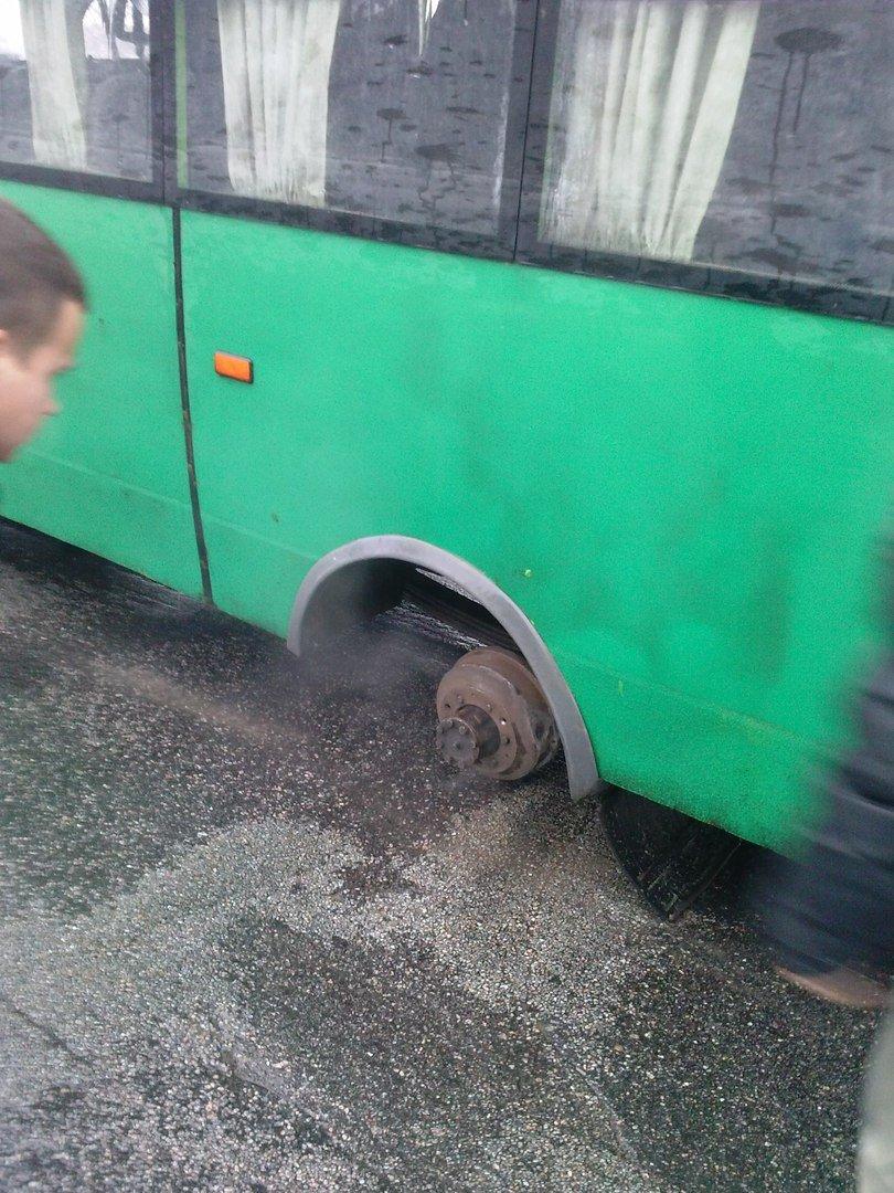 Запорожская маршрутка на ходу потеряла колесо, - ФОТО (фото) - фото 1