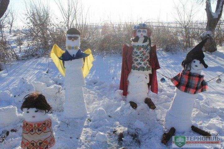 На Тернопільщині з`явилась ціла родина українських сніговиків (фото) (фото) - фото 1