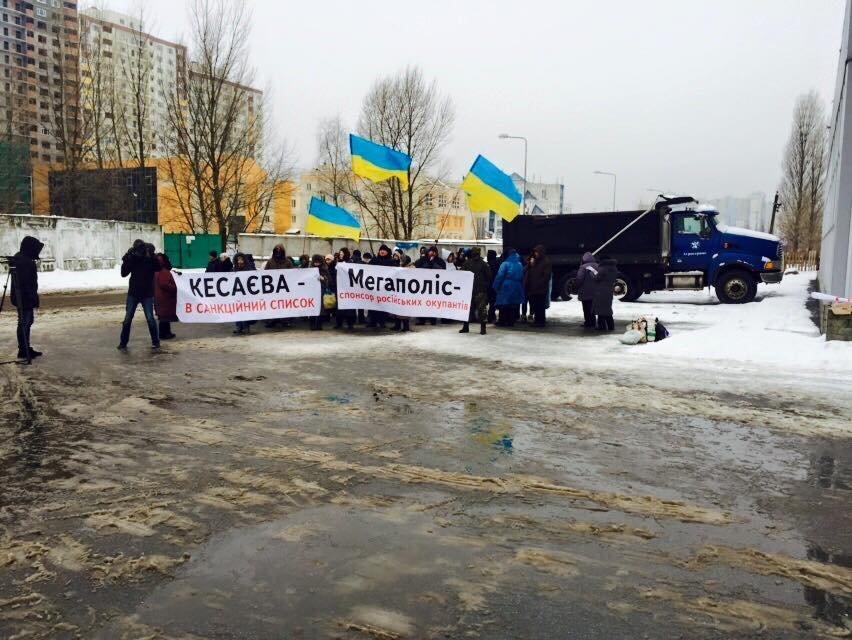 В Киеве активисты заблокировали склад оптовой продажи сигарет, который принадлежит олигарху из РФ (ФОТО) (фото) - фото 1