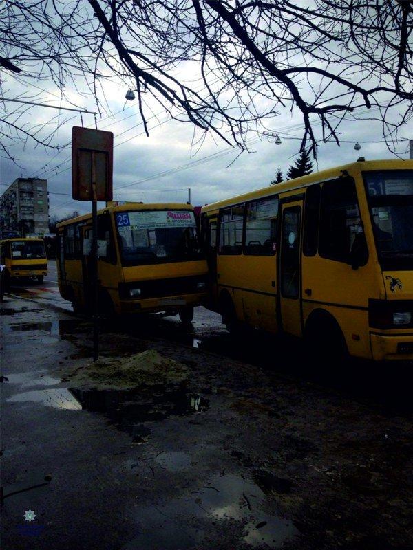 На вулиці Любінській не розминулися дві маршрутки (ФОТО) (фото) - фото 1