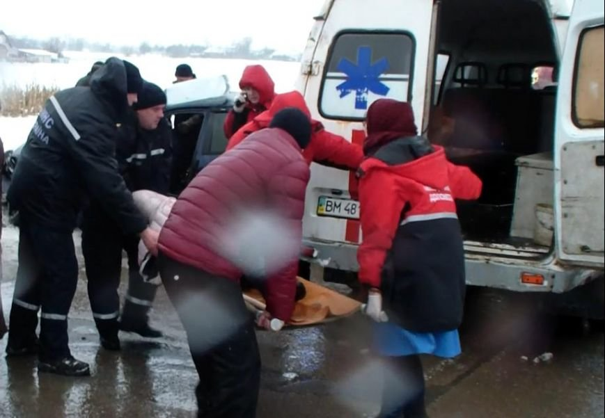 После ДТП на трассе Батурин-Конотоп-Сумы пассажиры Daewoo оказались в ловушке (ФОТО) (фото) - фото 1