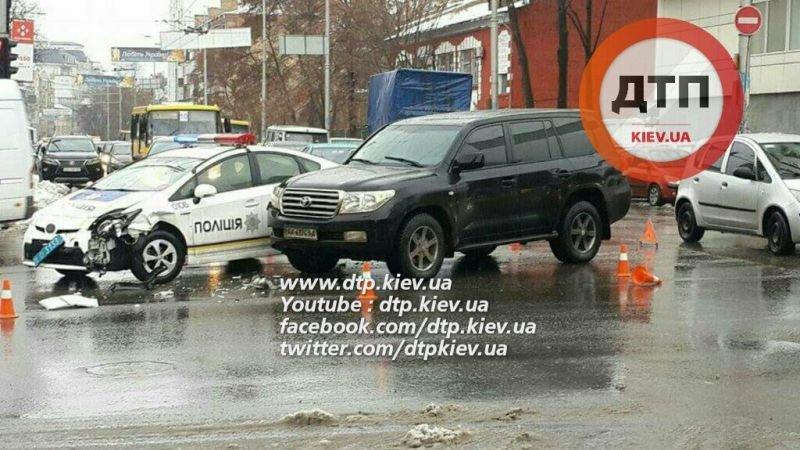 В Киеве на перекрестке не разминулись полицейское авто и внедорожник (ФОТО) (фото) - фото 1