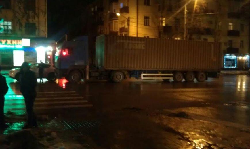 В центре Ростова не поделили дорогу большегруз и иномарка, фото-1