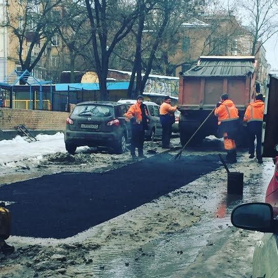 Ростовчане подвергли критике укладку асфальта в снег и лужи, фото-1