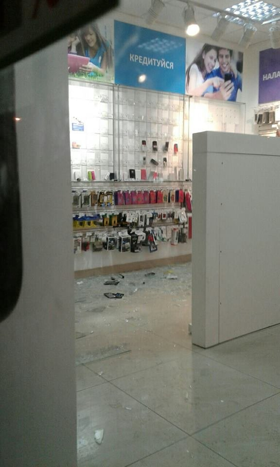 На площі Кропивницького у Львові пограбували магазин мобільного зв'язку (ФОТОФАКТ), фото-1
