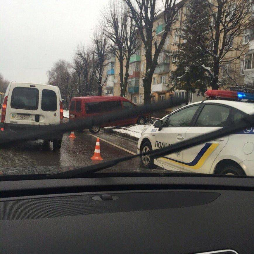 На вулиці Виговського автомобіль врізався у дерево (ФОТО), фото-2