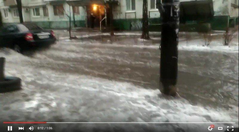 Жители запорожской многоэтажки жалуются на потоп в своем дворе, - ФОТО, ВИДЕО (фото) - фото 3