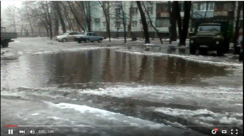Жители запорожской многоэтажки жалуются на потоп в своем дворе, - ФОТО, ВИДЕО (фото) - фото 1