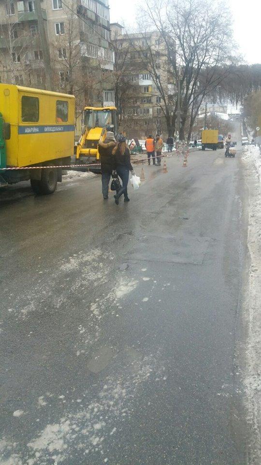 В Соломенском районе на дороге провалился асфальт (ФОТО), фото-1