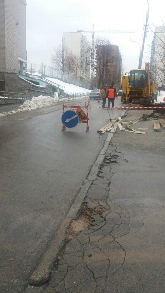 В Соломенском районе на дороге провалился асфальт (ФОТО), фото-3