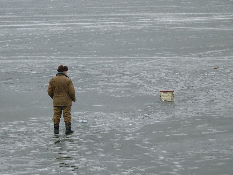 У Тернополі попри застереження рятувальників рибалки виходять на став (фото) (фото) - фото 1