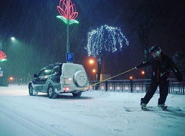 Фотофакт: в Новополоцке молодые люди прокатились по Молодежной на сноуборде (фото) - фото 1