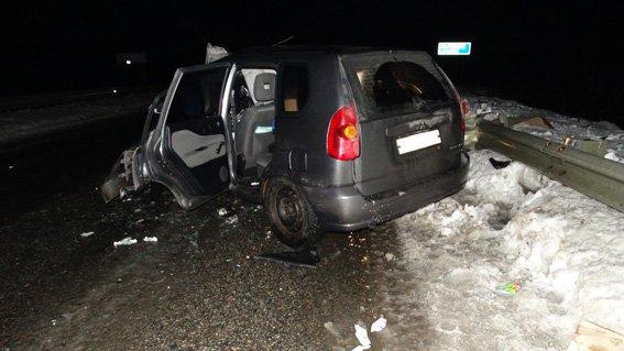 На Сумщине автомобиль врезался в дорожный отбойник. Есть пострадавшие (ФОТО) (фото) - фото 1