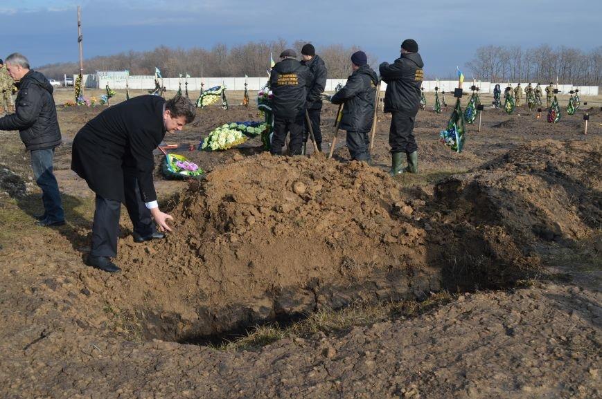 На запорожском кладбище похоронили последнего солдата, погибшего под Иловайском, - ФОТО, ВИДЕО, фото-15