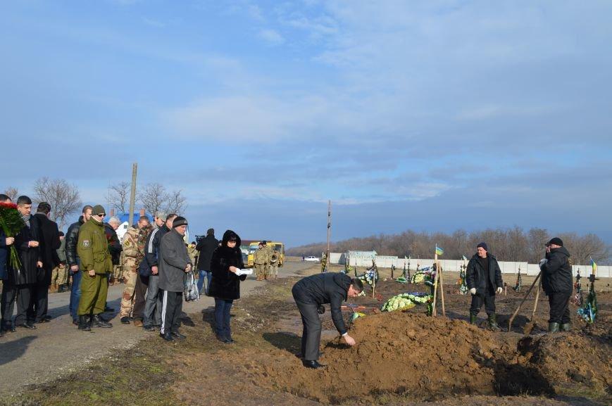 На запорожском кладбище похоронили последнего солдата, погибшего под Иловайском, - ФОТО, ВИДЕО, фото-16