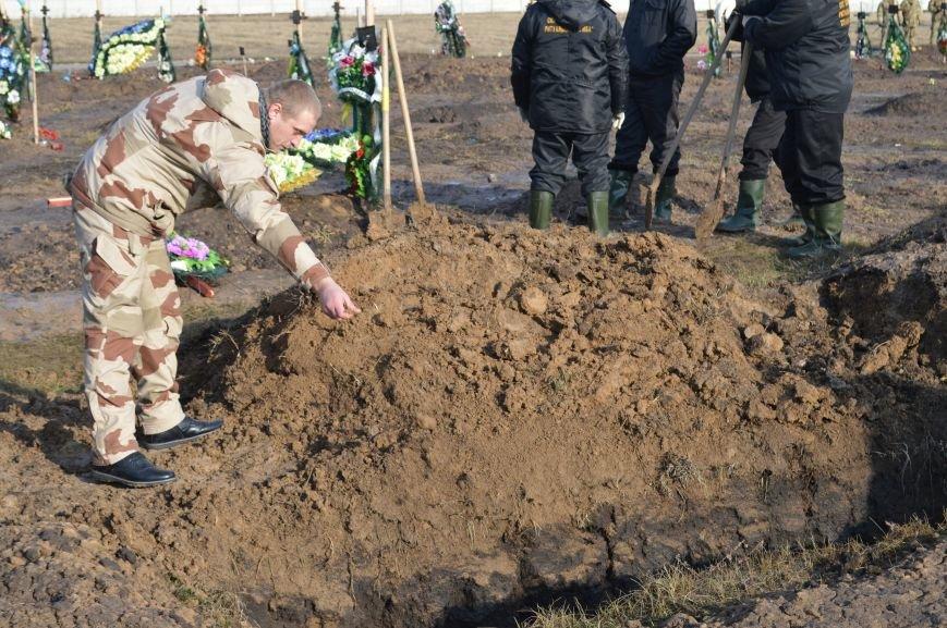 На запорожском кладбище похоронили последнего солдата, погибшего под Иловайском, - ФОТО, ВИДЕО, фото-17