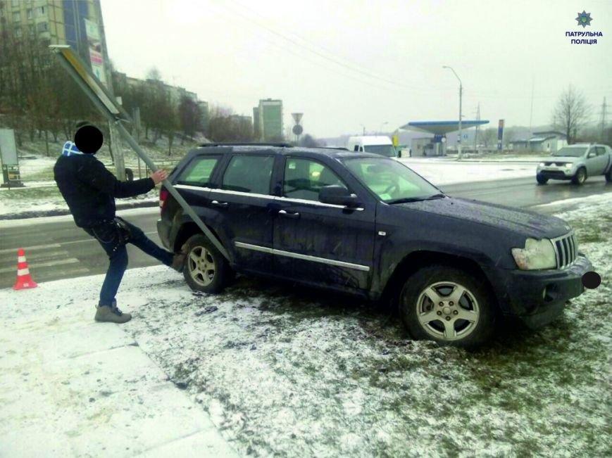 У Львові водій потрапив у ДТП через ожеледицю на дорозі (ФОТОФАКТ), фото-1