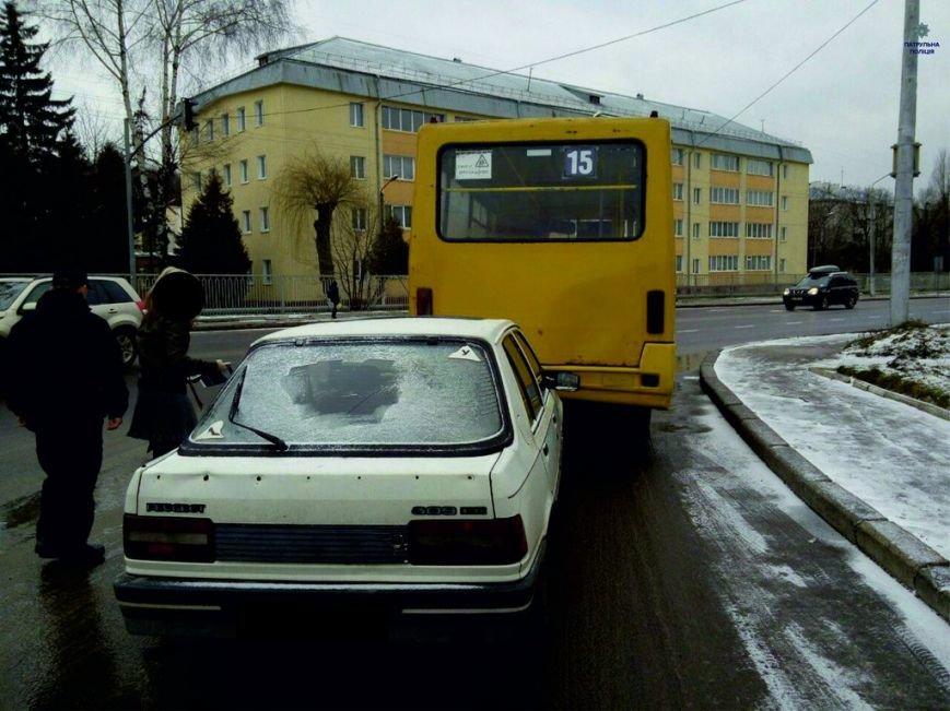 У Львові автомобіль врізався в маршрутку (ФОТОФАКТ) (фото) - фото 1