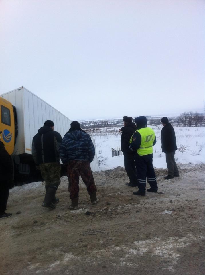 Под Ульяновском грузовик упал в кювет, фото-2