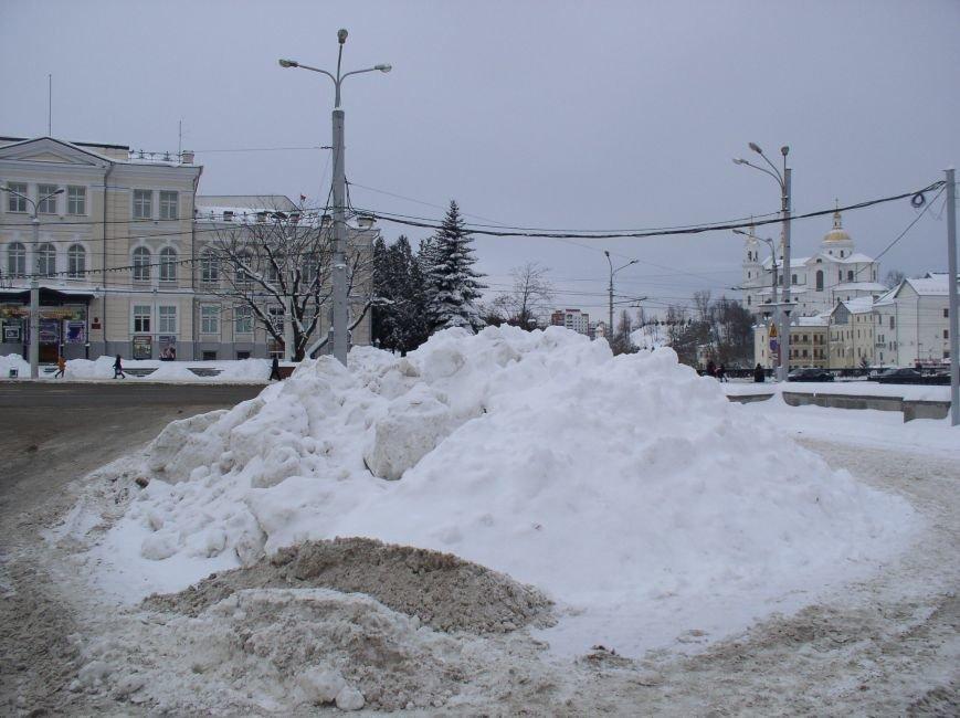 «Даниэлла» оставила в Витебске снежные холмы, которые не спешат убирать (фото) - фото 6