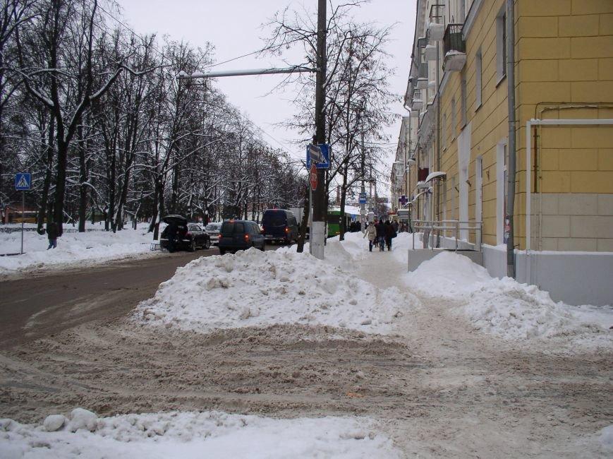 «Даниэлла» оставила в Витебске снежные холмы, которые не спешат убирать (фото) - фото 3