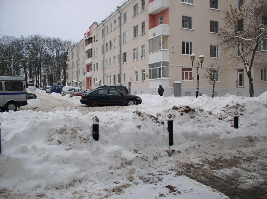 «Даниэлла» оставила в Витебске снежные холмы, которые не спешат убирать (фото) - фото 5