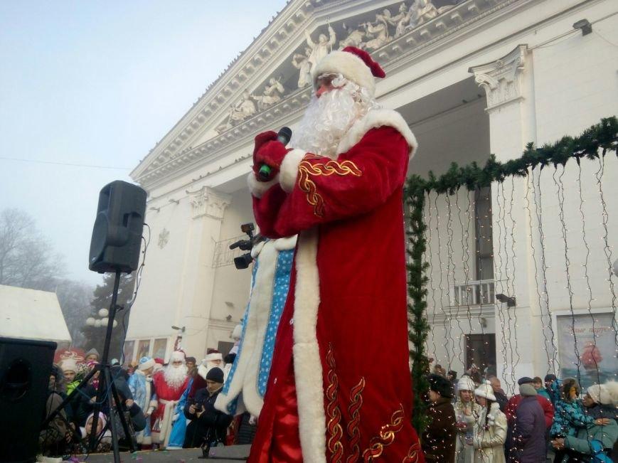 В Мариуполе парад Дедов Марозов закрыл главную елку города (ФОТО) (фото) - фото 1
