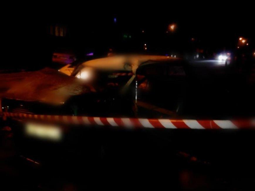 На вулиці Хвильового автомобіль врізався у дерево: постраждав водій (ФОТО), фото-1