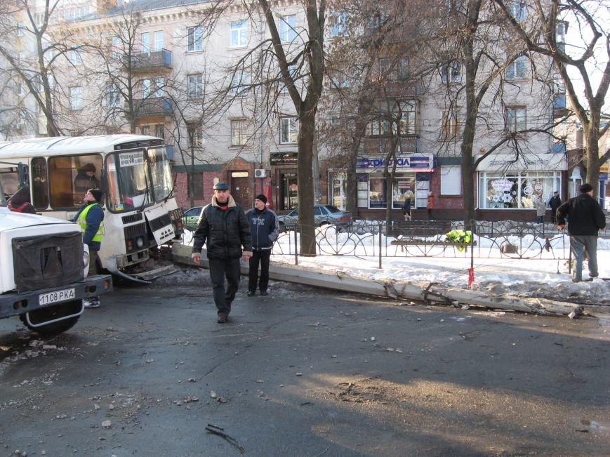 У центрі Черкас маршрутка врізалася у стовп (ФОТО), фото-1