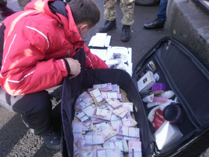Краматорские пограничники обнаружили чемодан денег (фото) - фото 1