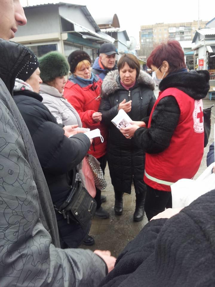 Красный крест в Краматорске раздает марлевые маски, фото-1