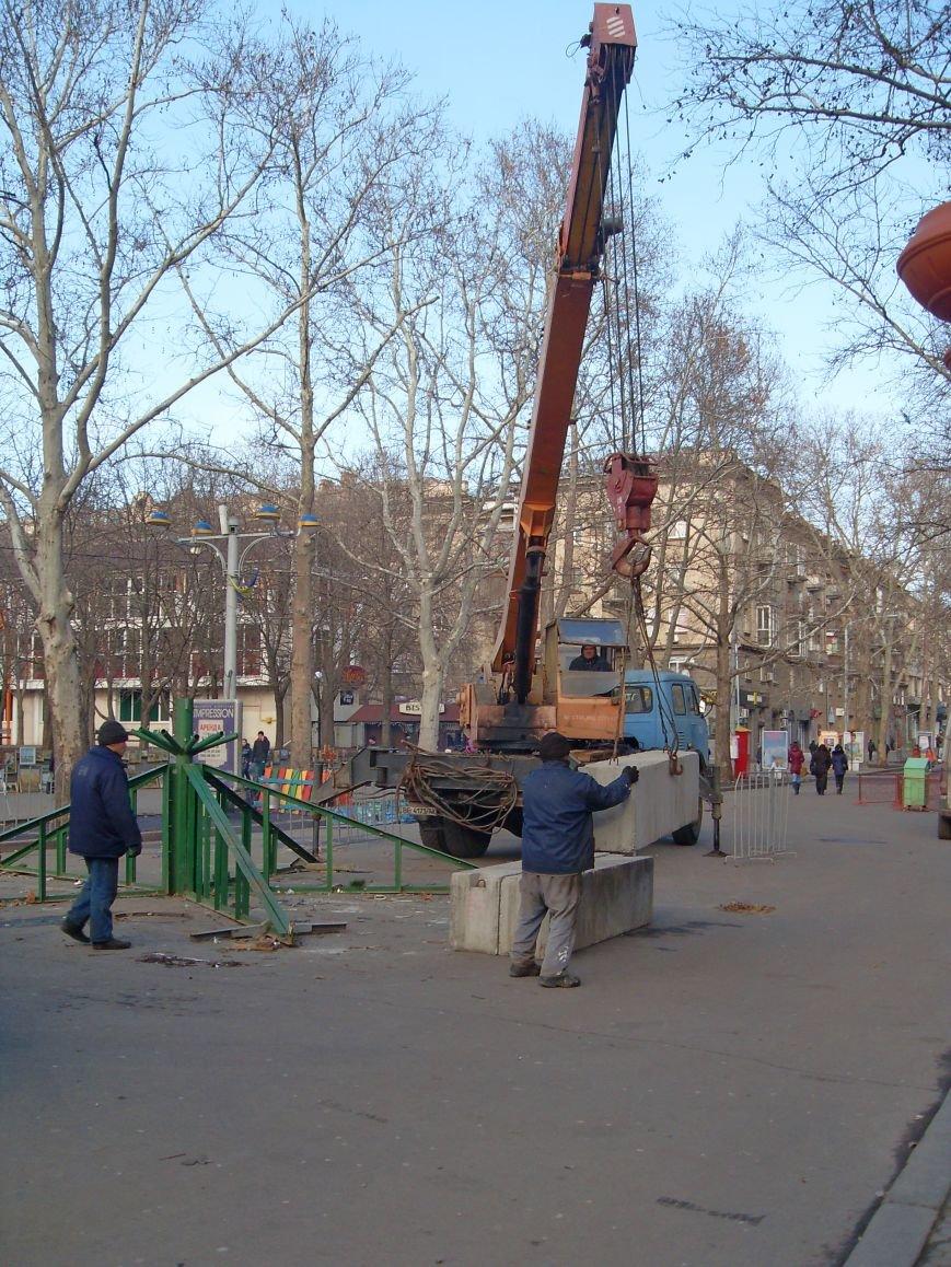 Праздники закончились: в Николаеве демонтировали главную елку города (ФОТОФАКТ) (фото) - фото 4