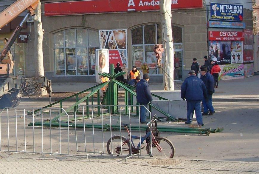 Праздники закончились: в Николаеве демонтировали главную елку города (ФОТОФАКТ) (фото) - фото 5