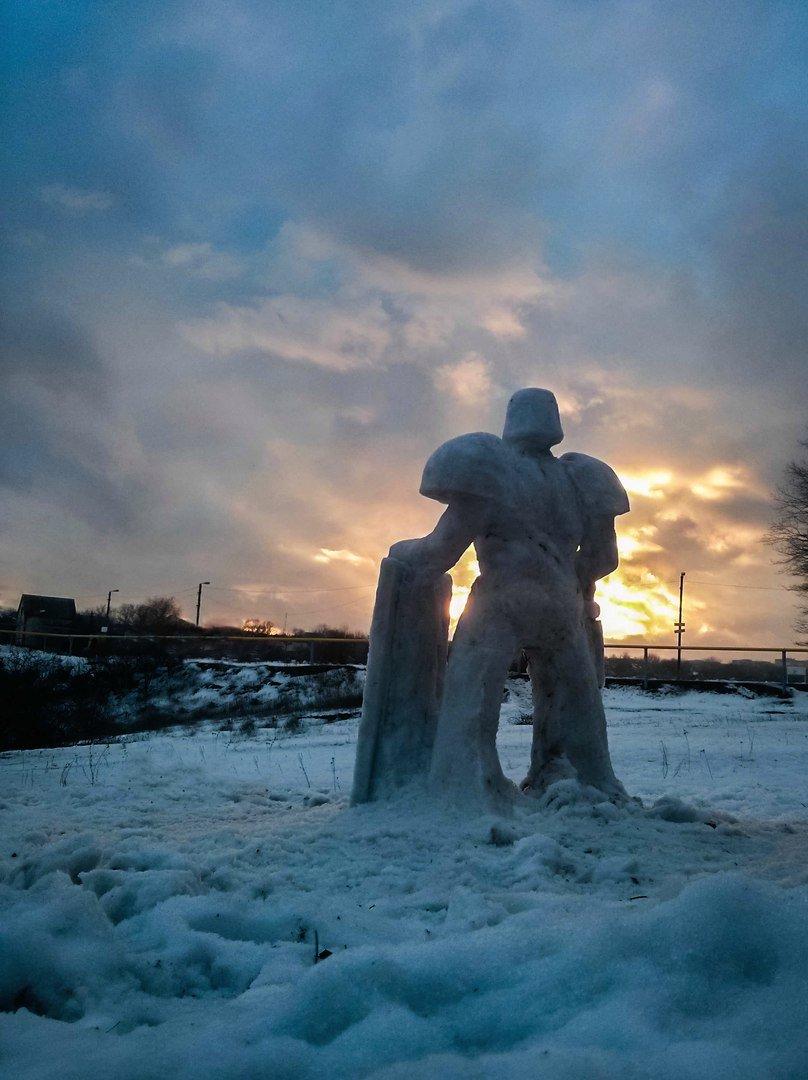 Зимнее творчество: снежный рыцарь руками макеевчан покоряет соцсети (фото) - фото 1