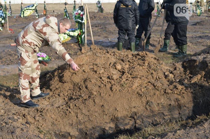 Последний из солдат, погибших под Иловайском, похоронен на Кушугумском кладбище (фото) - фото 9