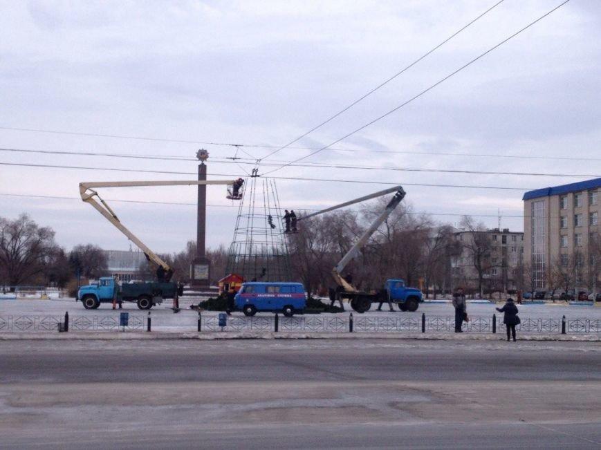 В Северодонецке начали разбирать новогоднюю елку (ФОТО) (фото) - фото 1