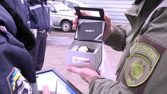 В Мангуше Аброськин наградил полицейских, которые изъяли из микроавтобуса арсенал оружия (ФОТО) (фото) - фото 1