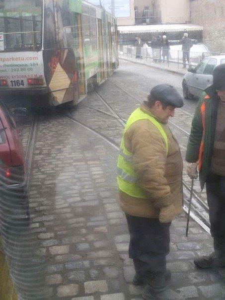 У центрі Львова трамвай зійшов з рейок. Опубліковано фото з місця події (фото) - фото 1