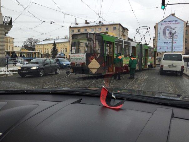 У центрі Львова трамвай зійшов з рейок. Опубліковано фото з місця події, фото-2
