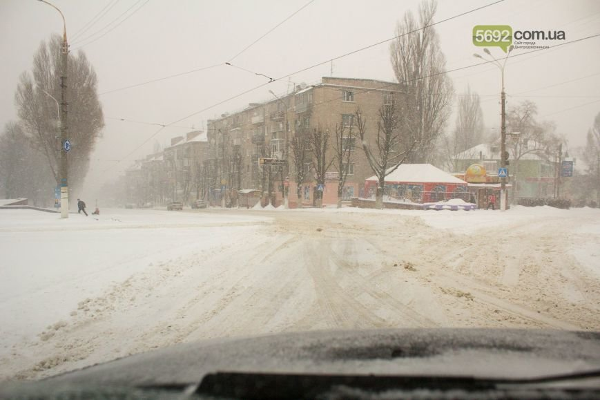 Днепродзержинск заметает снегом (фото) - фото 1