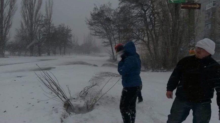 В Очакове женщина провалилась в заметенный снегом люк (ФОТОФАКТ) (фото) - фото 1