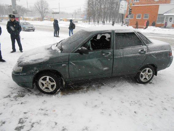 В Сумах автомобиль занесло на остановку. Есть пострадавшие (ФОТО) (фото) - фото 1
