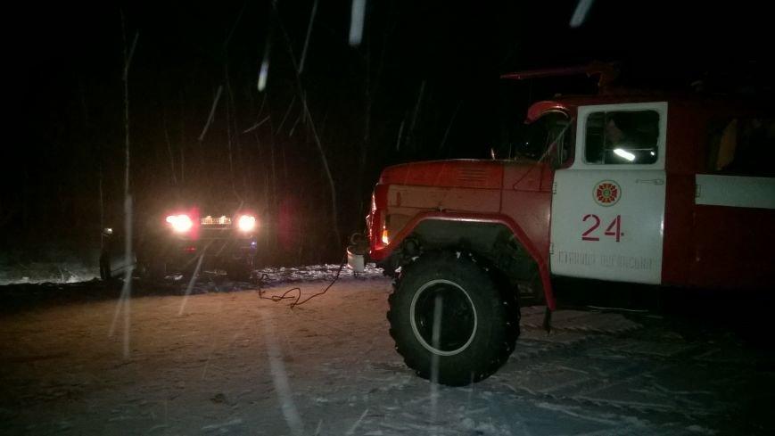 Луганские спасатели вытянули водителя и его машину из снежного завала (ФОТО), фото-1