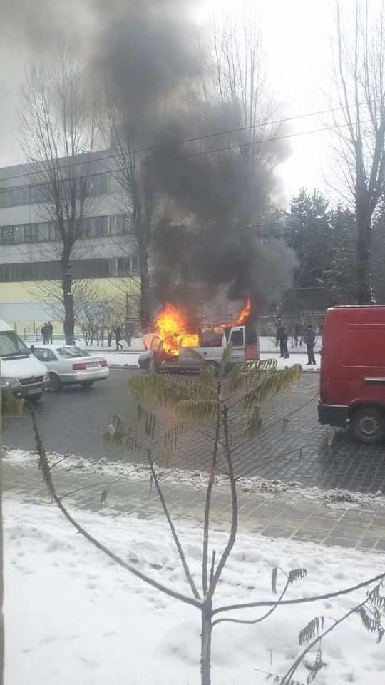 У Львові біля зупинки громадського транспорту спалахнув автомобіль.Опубліковані фото, фото-3